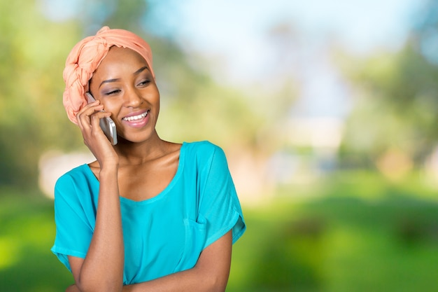Donna afroamericana che parla su un telefono cellulare