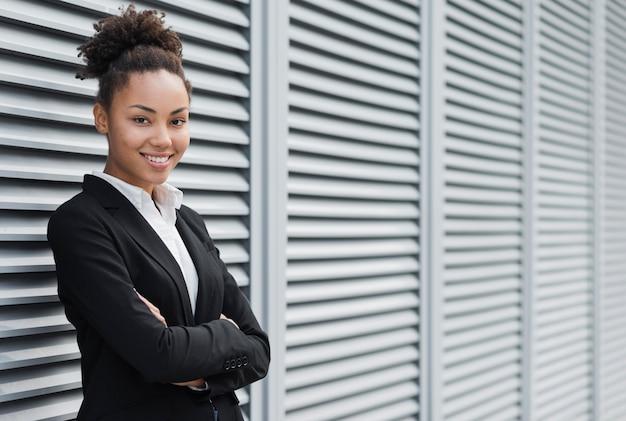 Donna afroamericana che posa colpo medio