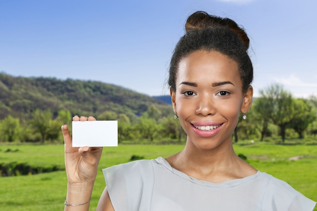 Donna afroamericana che tiene documento in bianco
