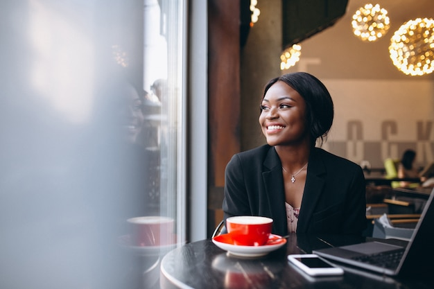 Donna afroamericana di affari che lavora in un caffè