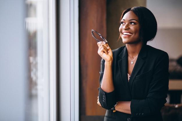 Donna afroamericana di affari dalla finestra