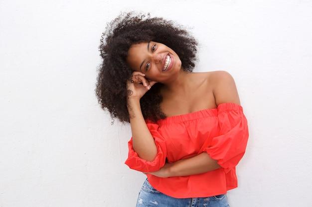 Donna afroamericana felice che si appoggia con la testa a disposizione