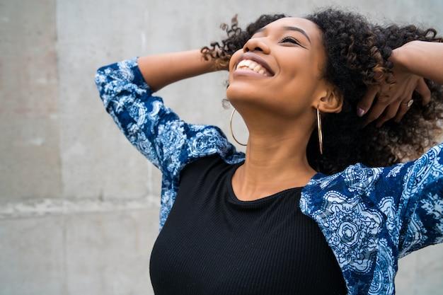 Donna afroamericana felice ed eccitata.