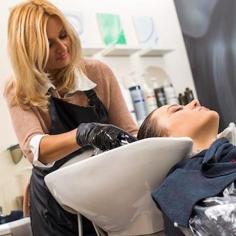 Donna al parrucchiere