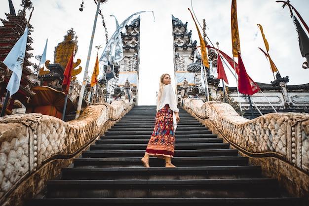 Donna al tempio di pura lempuyang a bali