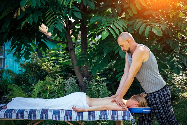 Donna al trattamento di massaggio nel centro benessere all'aperto