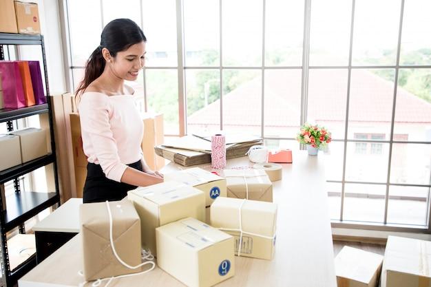 Donna all'ufficio di consegna