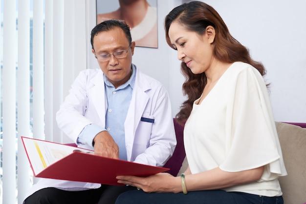 Donna alla clinica di chirurgia estetica