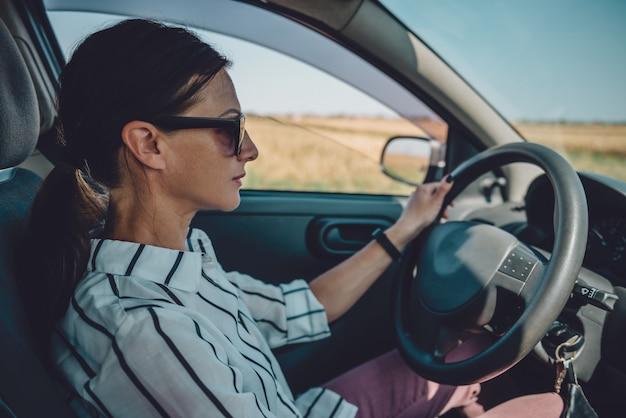 Donna alla guida di auto