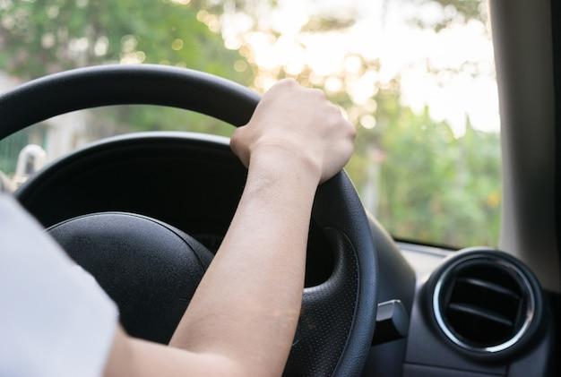 Donna alla guida di un auto luce solare