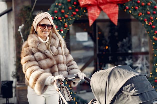 Donna alla moda che cammina in una città con trasporto