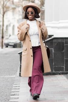 Donna alla moda che fa una passeggiata all'aperto