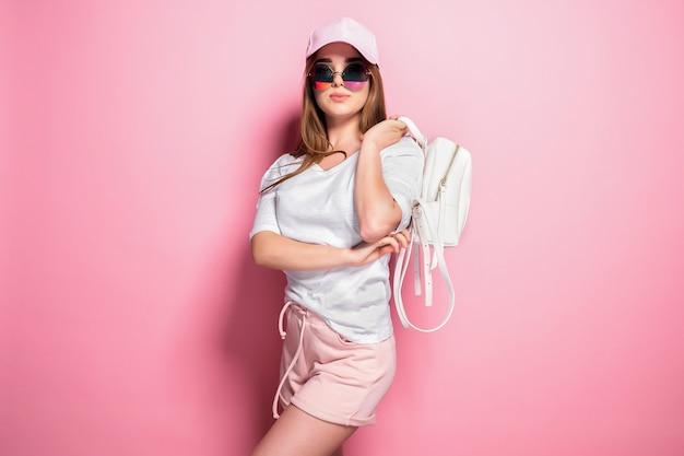 Donna alla moda che osserva in su