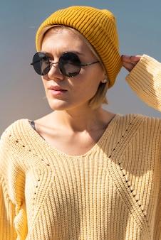 Donna alla moda che posa al sole