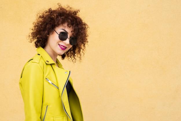 Donna alla moda con gli occhiali