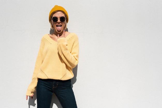 Donna alla moda con una posa ribelle
