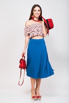 Donna alla moda in abito estivo isolato in posa nella tendenza della moda isolata