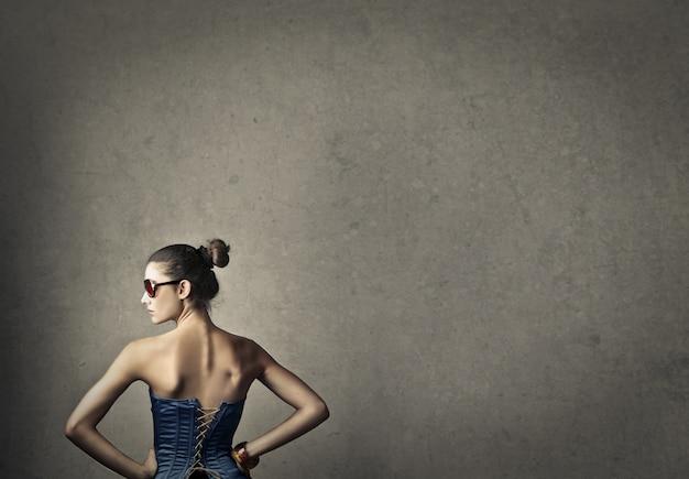 Donna alla moda indossando occhiali da sole