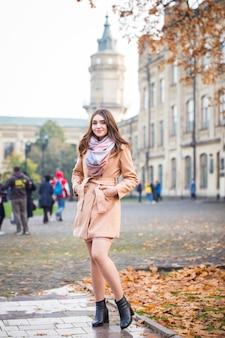 Donna alla moda nel parco di autunno