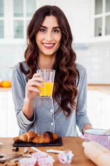 Donna allegra che mangia prima colazione