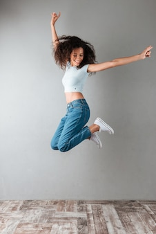 Donna allegra che salta