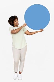 Donna allegra che tiene un cerchio blu in bianco