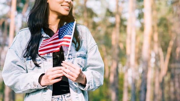 Donna allegra con bandiera usa