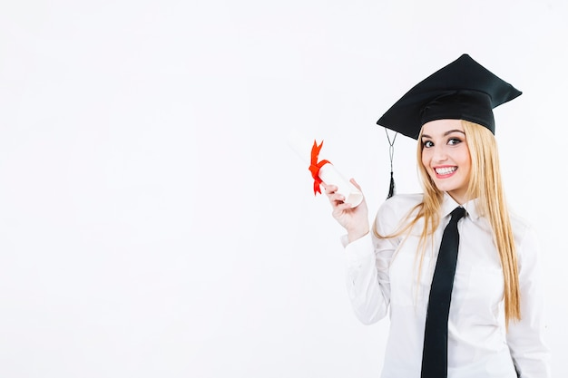 Donna allegra con la carta del diploma