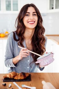 Donna allegra cucina colazione