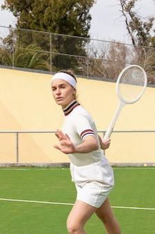 Donna allegra di tennis sul campo