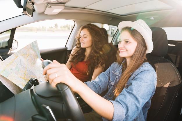Donna allegra guida auto