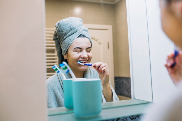 Donna allegra, lavarsi i denti