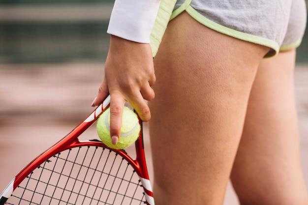 Donna allegra su un campo da tennis