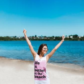 Donna allegra sulla spiaggia