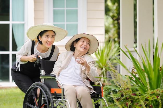 Donna anziana che fa il giardinaggio nel cortile con la figlia