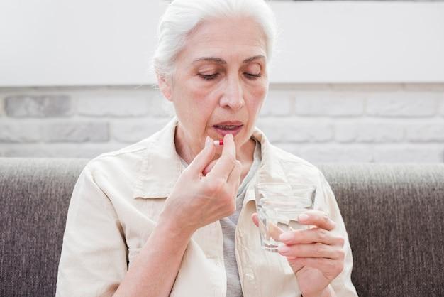 Donna anziana che ha le sue medicine