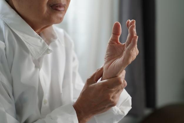 Donna anziana che soffre di dolore da artrite reumatoide