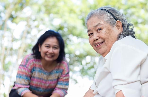 Donna anziana con felicità