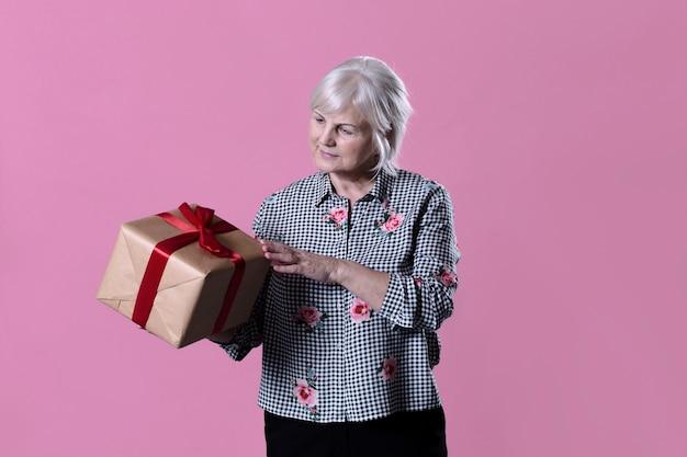 Donna anziana con scatola presente