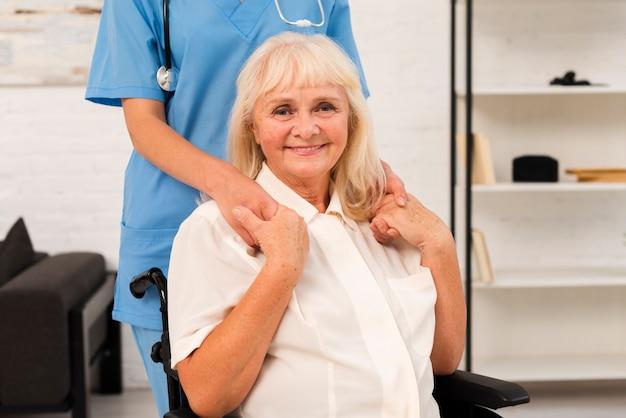 Donna anziana di vista frontale che esamina la macchina fotografica