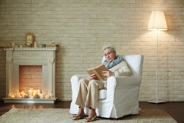 Donna anziana focalizzata sulla lettura