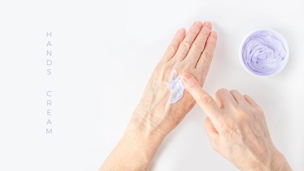 Donna anziana scrematura delle mani