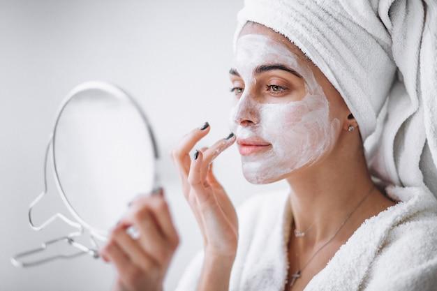 Donna applicando la maschera di bellezza
