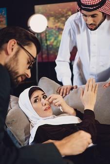 Donna araba con il marito alla ricezione dello psicologo