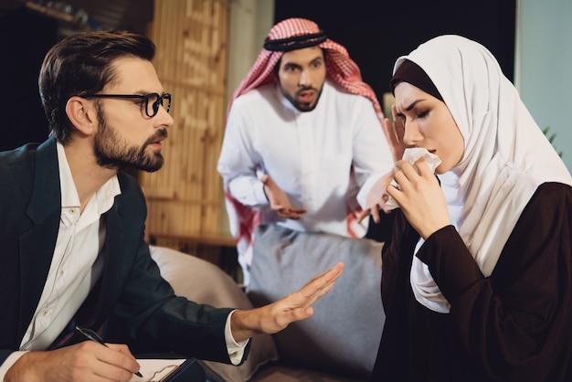 Donna araba con marito alla reception dello psicologo