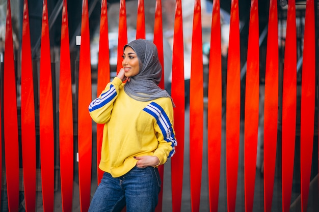 Donna araba in hijab ouside in strada