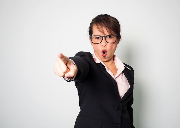 Donna arrabbiata gridando e indicando la mano del dito in avanti. sfondo ritratto emotivo.