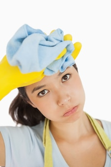Donna asciugandosi il sudore dalla testa