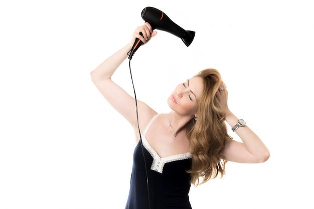 Donna asciugare i capelli con un asciugacapelli