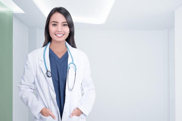 Donna asiatica allegra del medico con lo stetoscopio